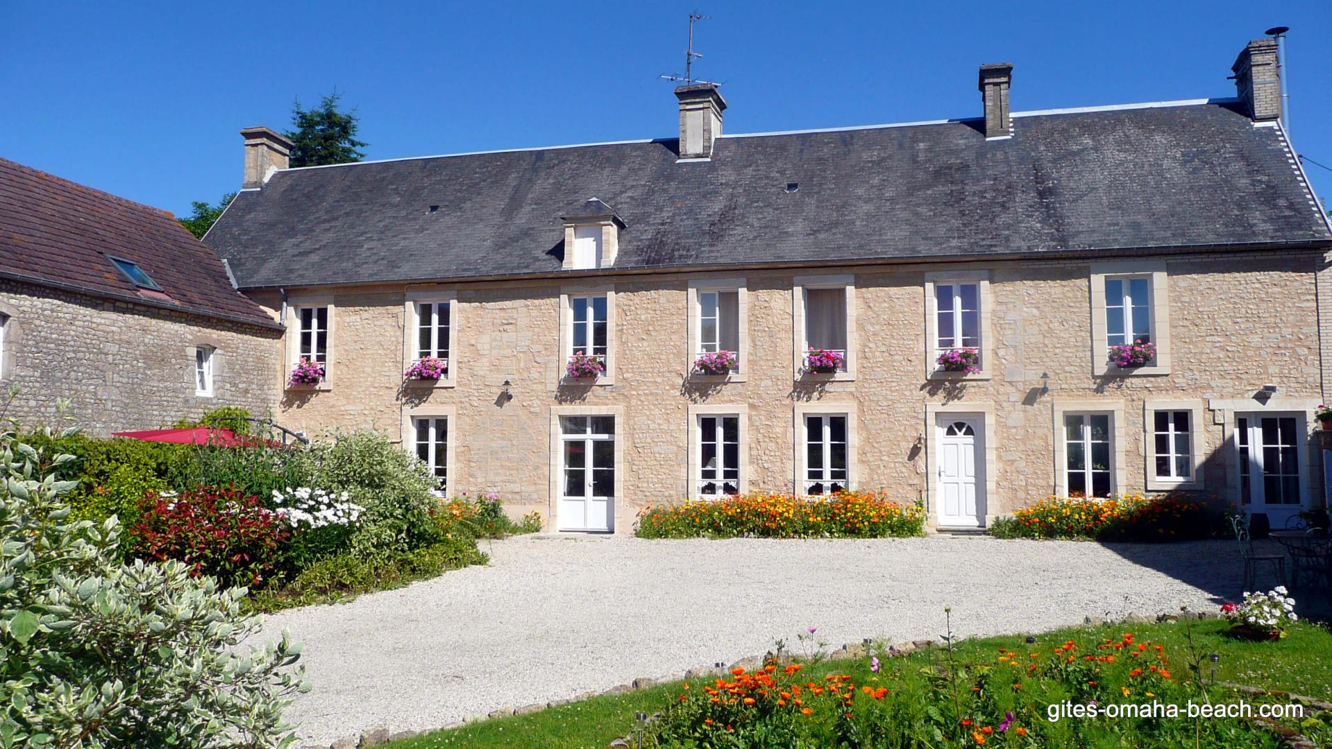 La maison d'hôtes et la cour principale